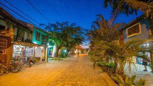 Passeio a noite pela Rua da Pituba em Itacare